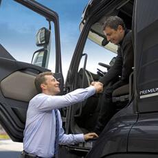 Chauffeur et client se serrent la main